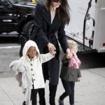 Джоли совершила с дочерьми предпраздничный шопинг