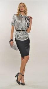 Шелковые блузы милитаристического стиля с удлиненным кроем носят с бриджами, капри...
